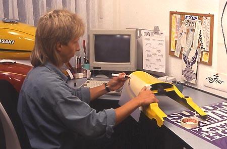 j rg fingerhut experte f r aufkleber firmenportrait von winni scheibe. Black Bedroom Furniture Sets. Home Design Ideas